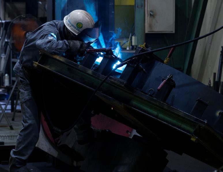 卓越した溶接・加工技術が、大型かつ複雑な建設機械を高精度で仕上げる